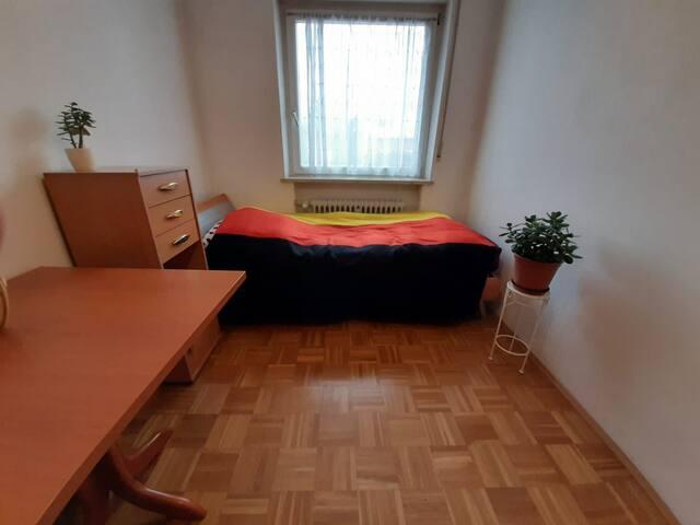 Schönes Zimmer direkt neben der U-Bahn in Garching