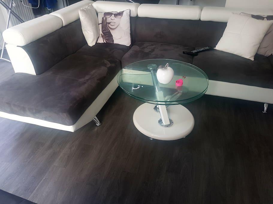 pièce de vie avec salon grand canapé et cuisine ouverte