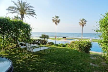 Mi Capricho Beachfront Garden Apartment - Sitio de Calahonda - Wohnung