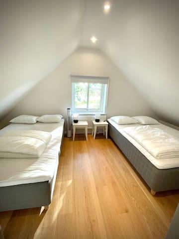 Sovrum med en 140cm säng och en 120cm säng.