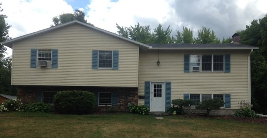 Quiet home close to downtown Canton - Canton - Hus