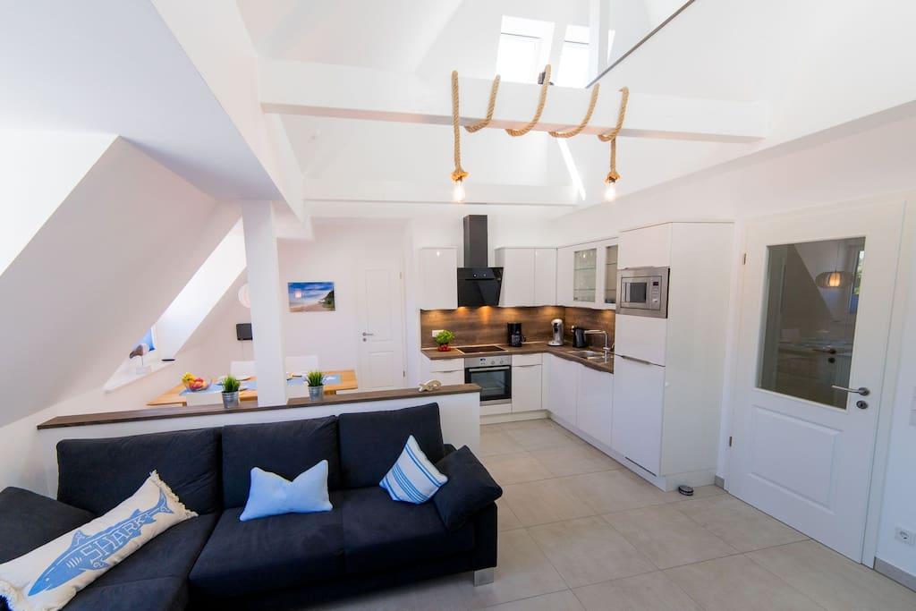 Wohn- und Essbereich mit moderner, voll ausgestatteter Küche