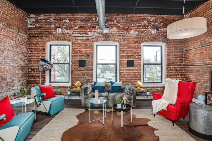 Stunning Huge Vintage Loft Minutes From Downtown!