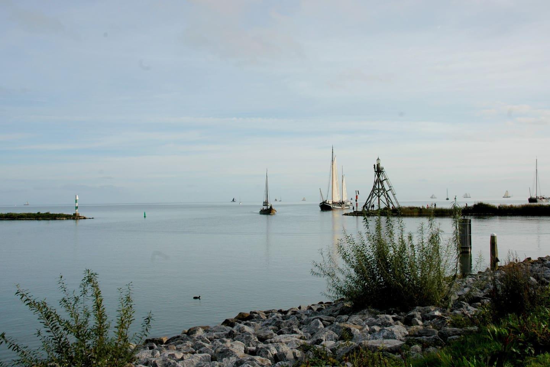 Toegang tot onze prachtige binnenhaven aan het IJsselmeer