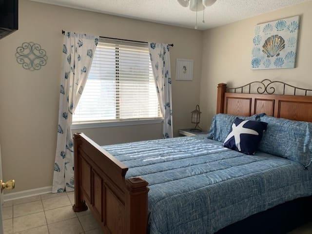 2nd bedroom, comfortable queen bed