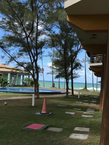 Apartamento em condomínio de frente a praia