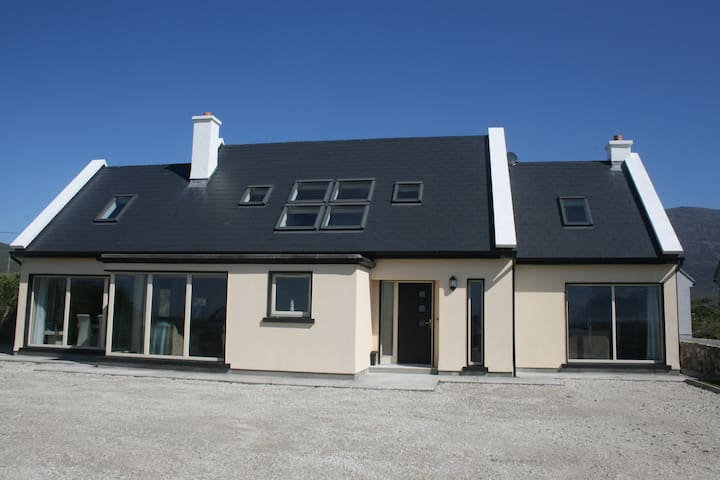 Sáimhín Só our luxurious home overlooking Keel Bay - Achill - บ้าน