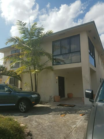 Large room w/balconey 2 story house - Miami - Bed & Breakfast