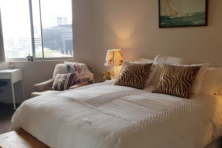 A peaceful suite overlooking  Parra River & City