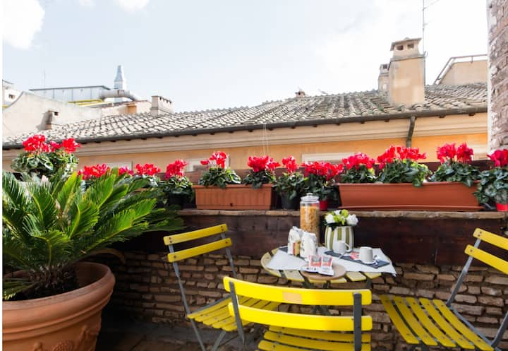 Trevi Top Floor Apt 100 Steps from Trevi Fontain