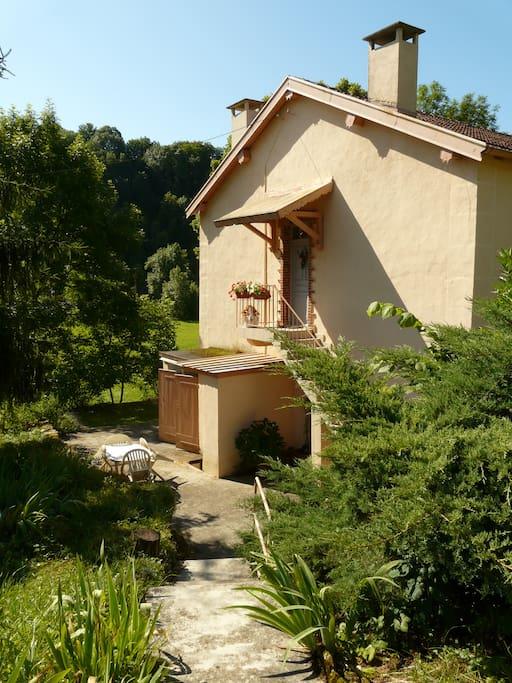 Entrée indépendante   et sa terrasse privée