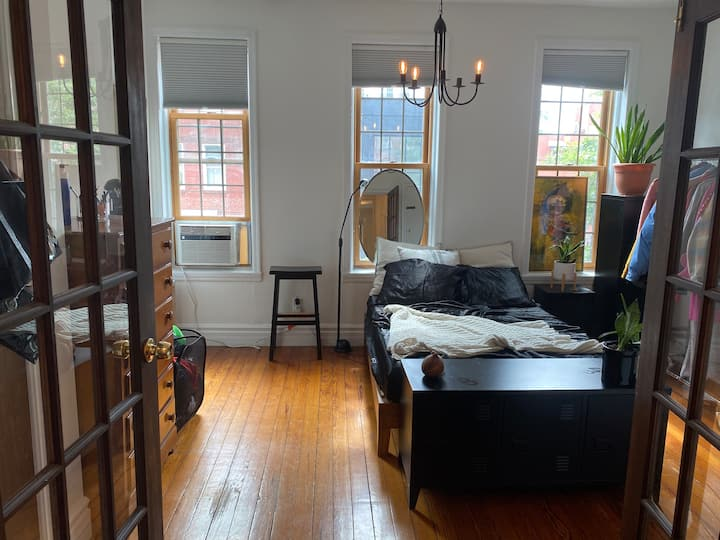 Sunny 1br apt, $2.6k month to month