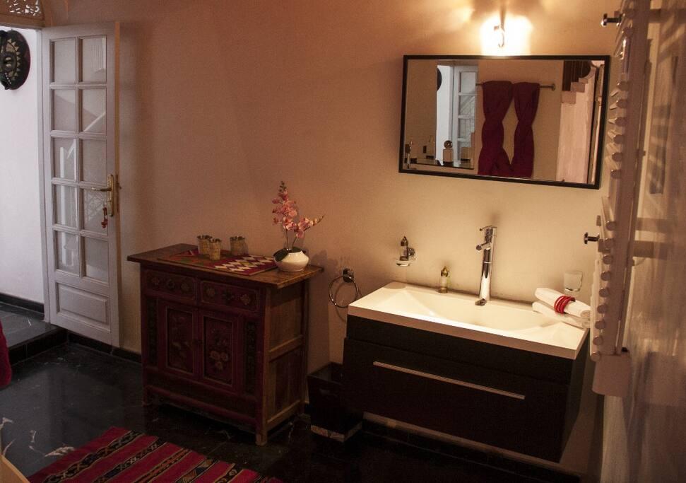 Sa salle de bain privative avec baignoire