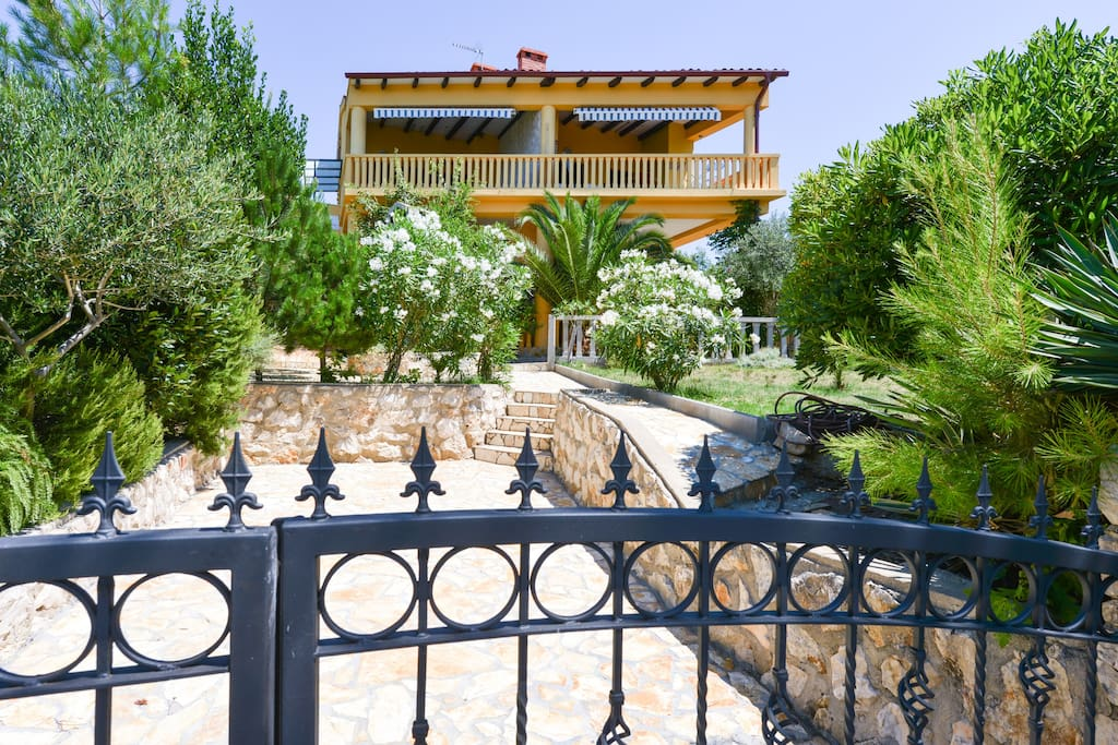Villa steffany apartments kolan 1a appartamenti in for Villas steffany