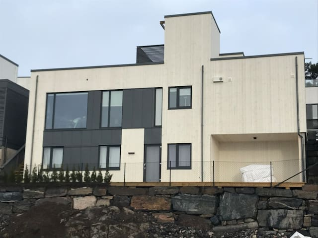 Nytt hus med takterrasse! 12 min til Dyreparken!