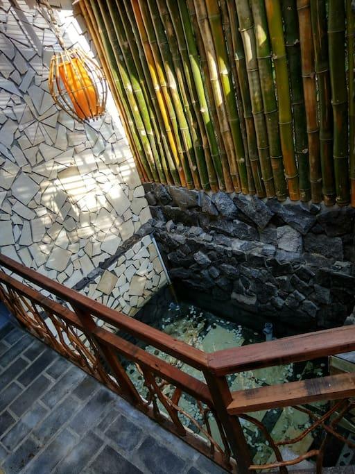 Mata air di dalam villa bisa untuk berendam atau bermain air