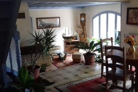 Chambres calmes et spacieuses - Saint-Genis-les-Ollières - Haus