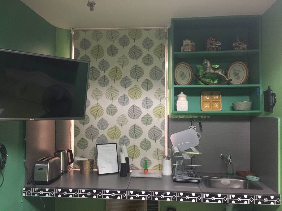 Smart tv and kitchenette (no stove)