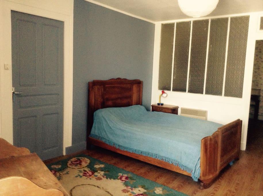 1ère chambre double. Lit 140x190. Une armoire. Convecteur électrique.