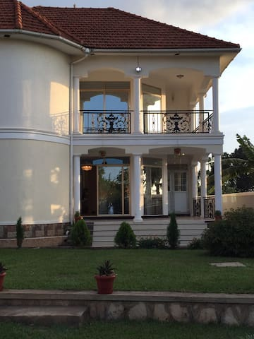 Beautiful fully furnished 4 bedroom home with WiFi - Kampala - Casa