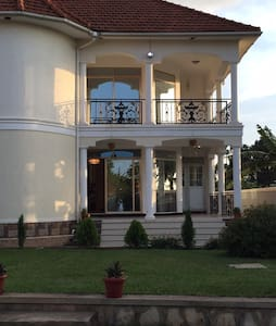 Beautiful fully furnished 4 bedroom home with WiFi - Kampala
