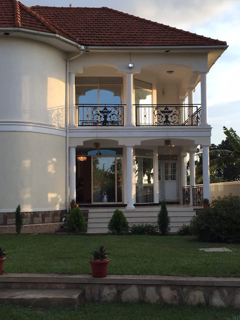 Beautiful Fully Furnished 4 Bedroom Home With WiFi