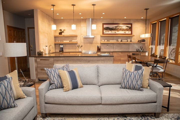 SunVail 24D - Pristine Newly Remodeled Condo, Heated Pool and Hot Tubs