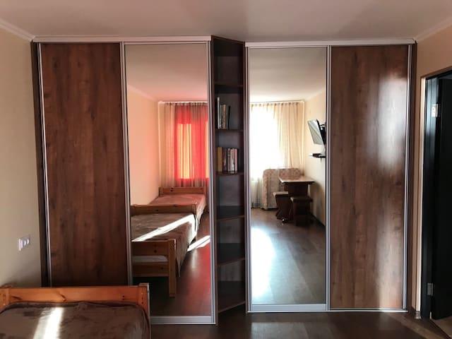 Спальня 2 - с двумя односпальными кроватями и большим шкафом купе, телевизором,  рабочим столом и дополнительной раскладной кроватью (для 2-3 человек).