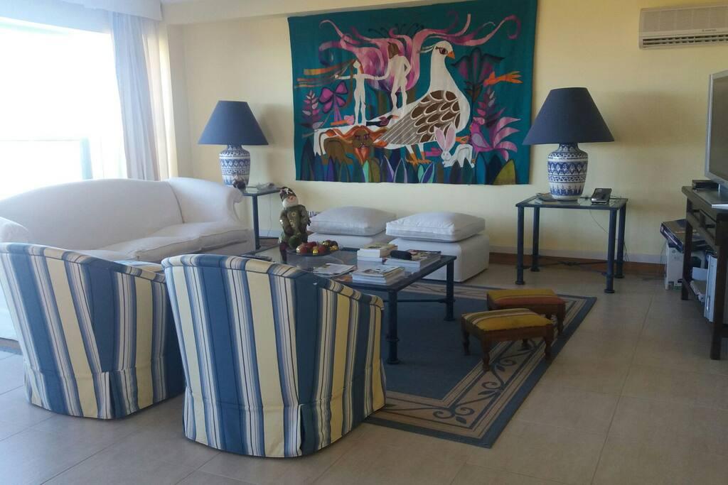 Living amplo Vista ao Mar...inclui Sala de janta mesa 8 lugares.