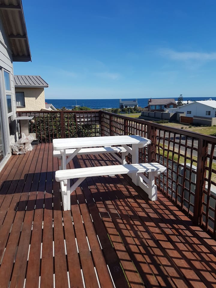 10 on Main. Lovely ocean views, 90 m from the sea.