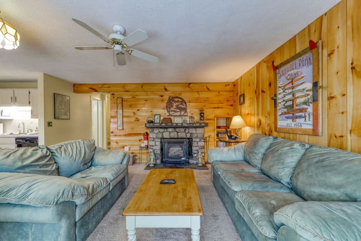 Secluded mountain townhouse w/ gas fireplace - close to hiking & skiing!