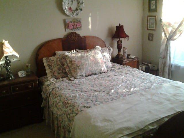 """Third bedroom """"Rose Room""""  Queen bed"""