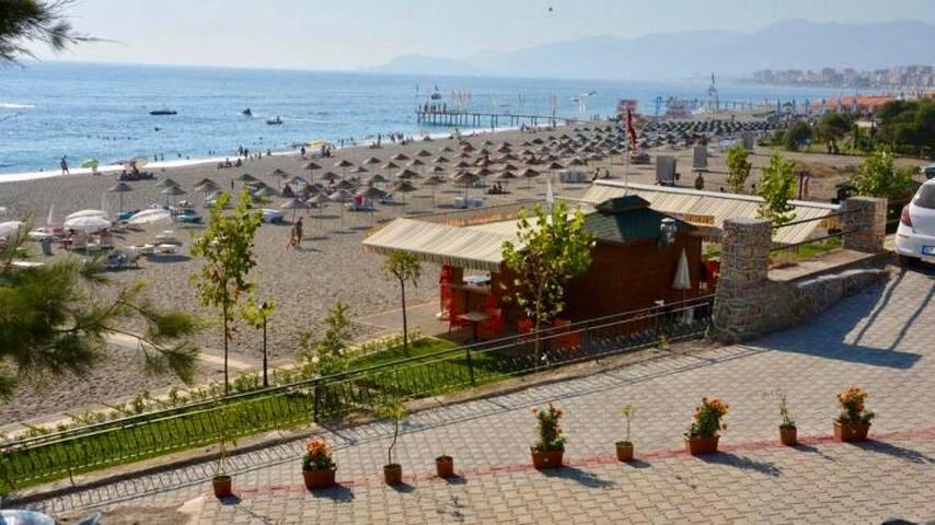 Один из ближайших к комплексу благоустроенных пляжей (250-300 м вдоль набережной)