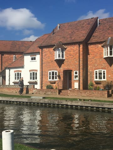 Town centre cottage next to canal - Newbury - Huis