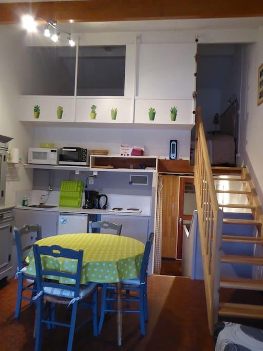 Le coin cuisine et la mezzanine