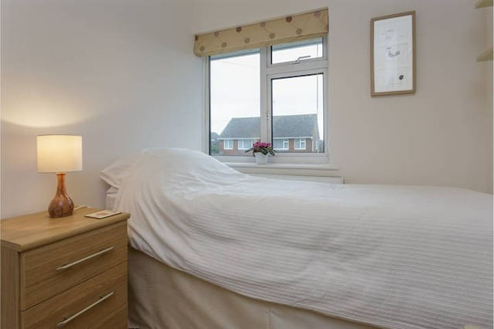 Quiet, single room in Southbourne, with free Wifi - Southbourne
