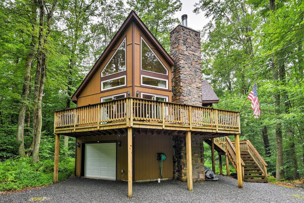 New 4br pocono lake chalet 1 mile from lake cabins for Lake cabin rentals pennsylvania