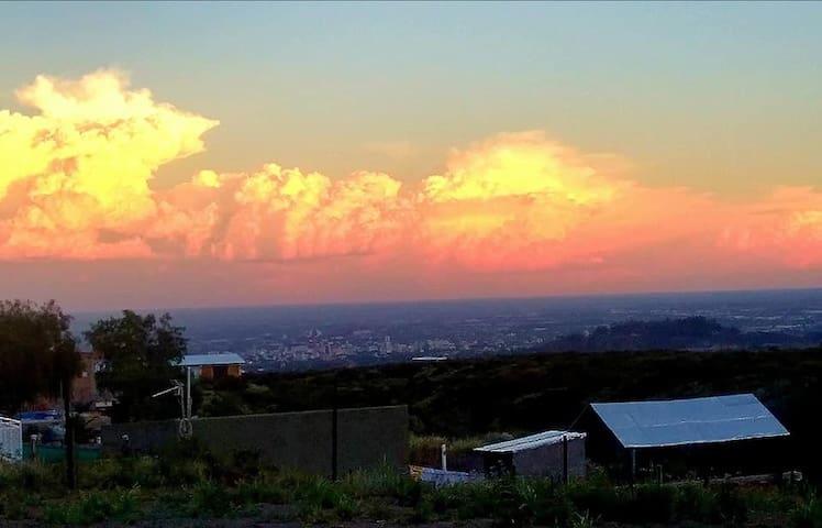 Vista maravillosa desde la Cabaña Terrazas del Cielo, del atardecer y la ciudad de Mendoza.