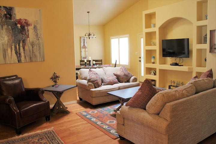 Bright and Sunny in Spring Hollow l Pet Friendly