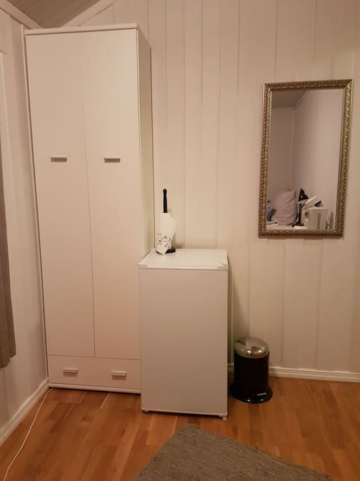 Garderobeskap og kjøleskap