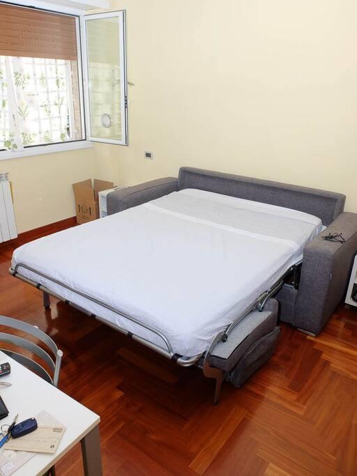 Salotto con divano letto aperto