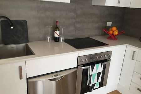 Minutes walk to Beach with two entertaining areas! - Merewether