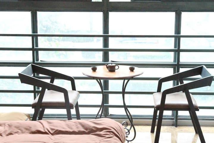 2014徐家汇区域地铁站100米内 阳光超大房 六米宽落地窗  日月光与光大会展100米内 乳胶床垫