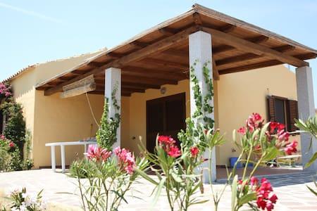 Apartment mit Garten/Meerblick bei Monte Petrosu