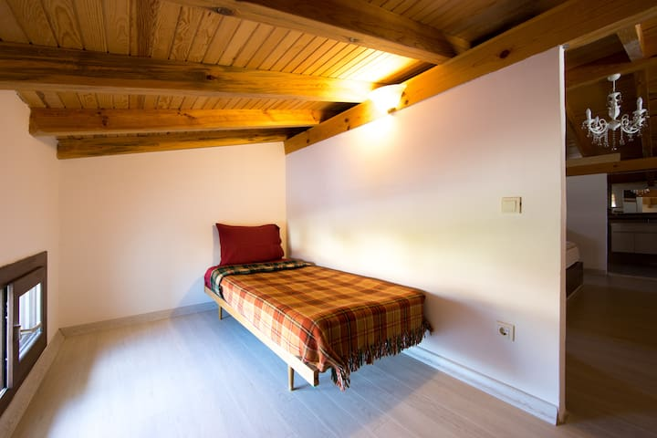 Adjoining Room Single Bed upstairs