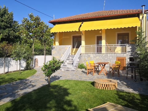 The Yellow House w/ private garden and BBQ