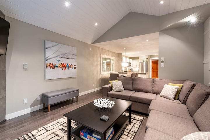 Modern, luxurious ski-in townhouse with hot tub