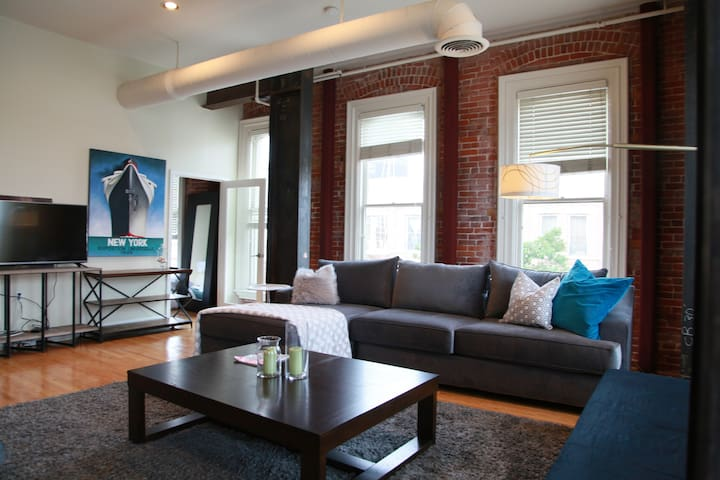 Amazing loft in the middle of Gaslamp w parking