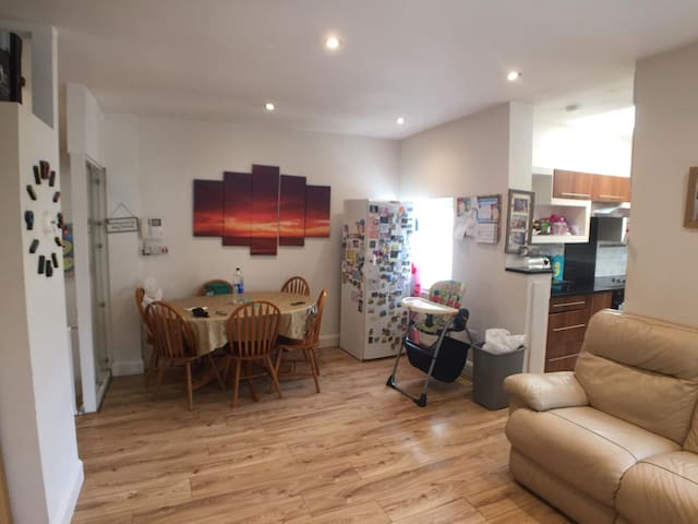 Double bedroom in modern flat - fantastic location
