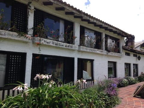 Beautiful Hosteria..Sangolqui, Breakfast included